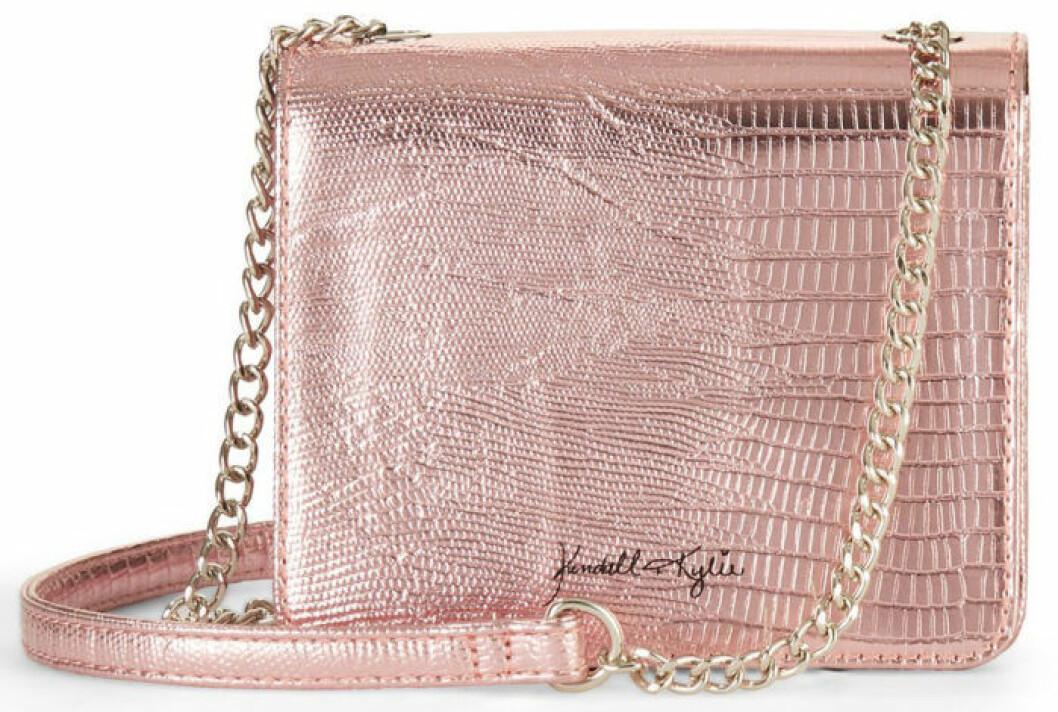 En bild på en axelremsväska i rosa metallic från Kendall och Kylie Jenners väskkollektion för Walmart.