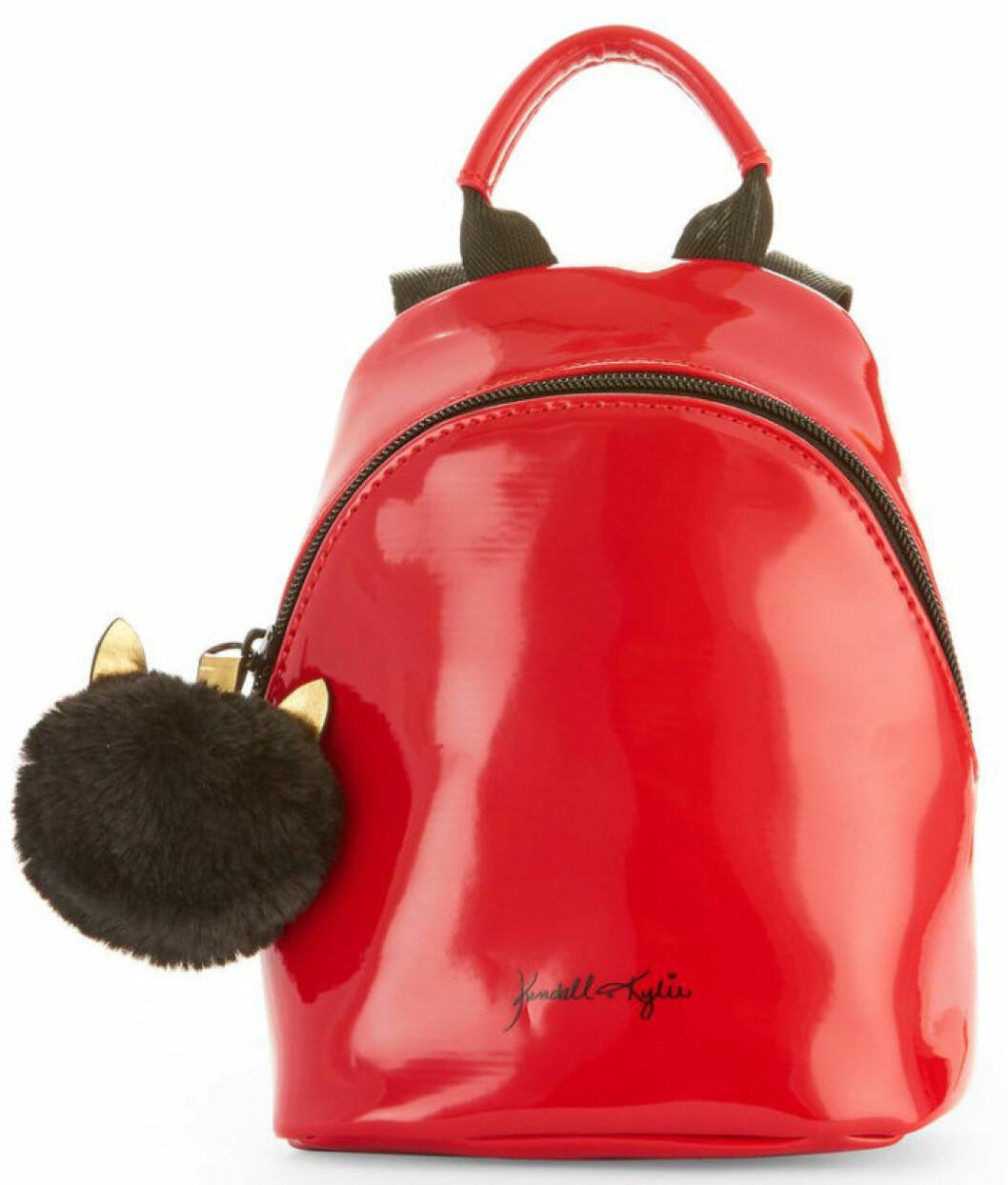 En bild på en liten ryggsäck i rött från Kendall och Kylie Jenners väskkollektion för Walmart.