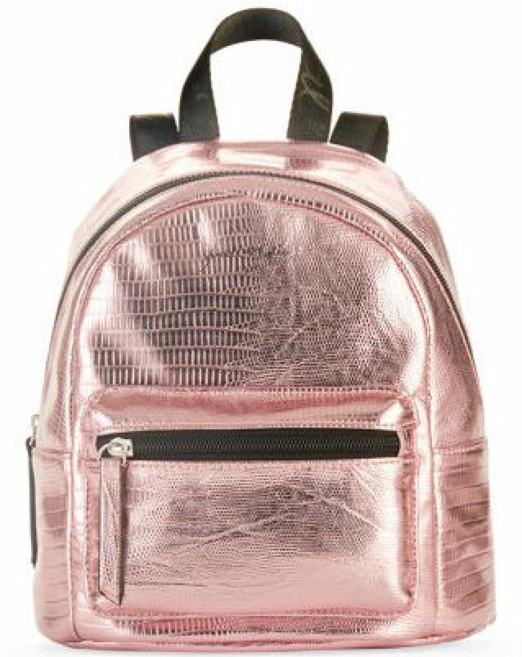 En bild på en ryggsäck i rosa metallic från Kendall och Kylie Jenners väskkollektion för Walmart.