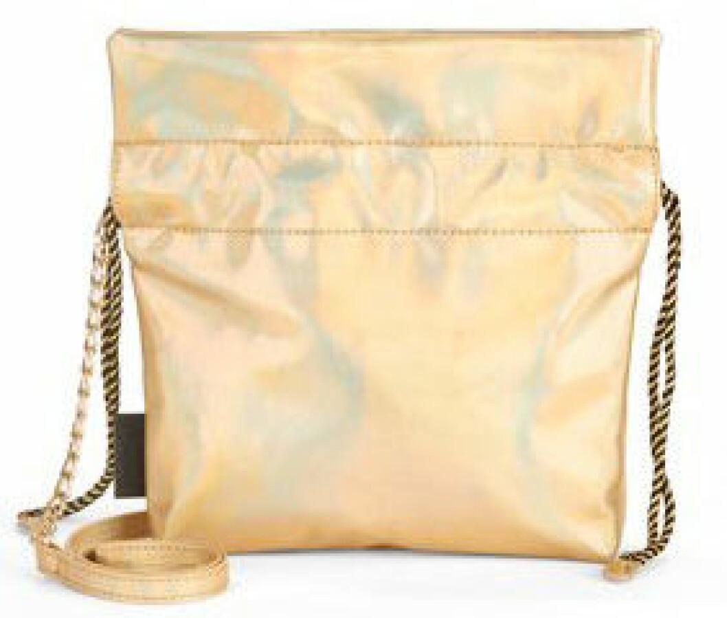 En bild på en axelremsväska i guldfärgad läderimitation från Kendall och Kylie Jenners väskkollektion för Walmart.