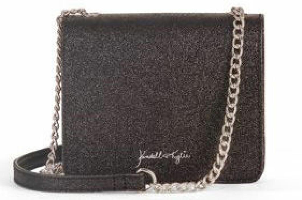 En bild på en axelremsväska i svart glitter från Kendall och Kylie Jenners väskkollektion för Walmart.
