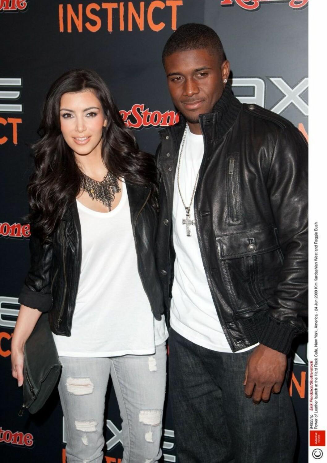 Kim Kardashian och Reggie Bush posterar på röda mattan