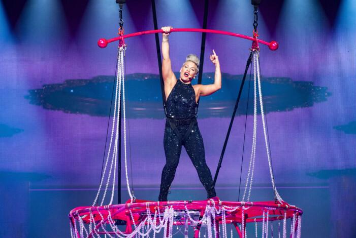 Pink på scenen under Beautiful trauma world tour