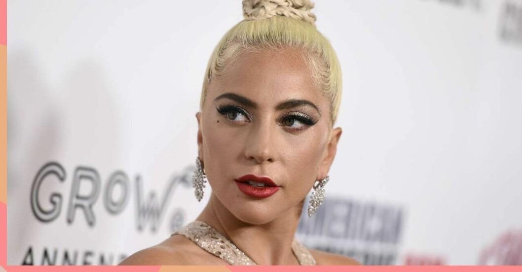 Lady Gaga i blondt hår och rött läpstift