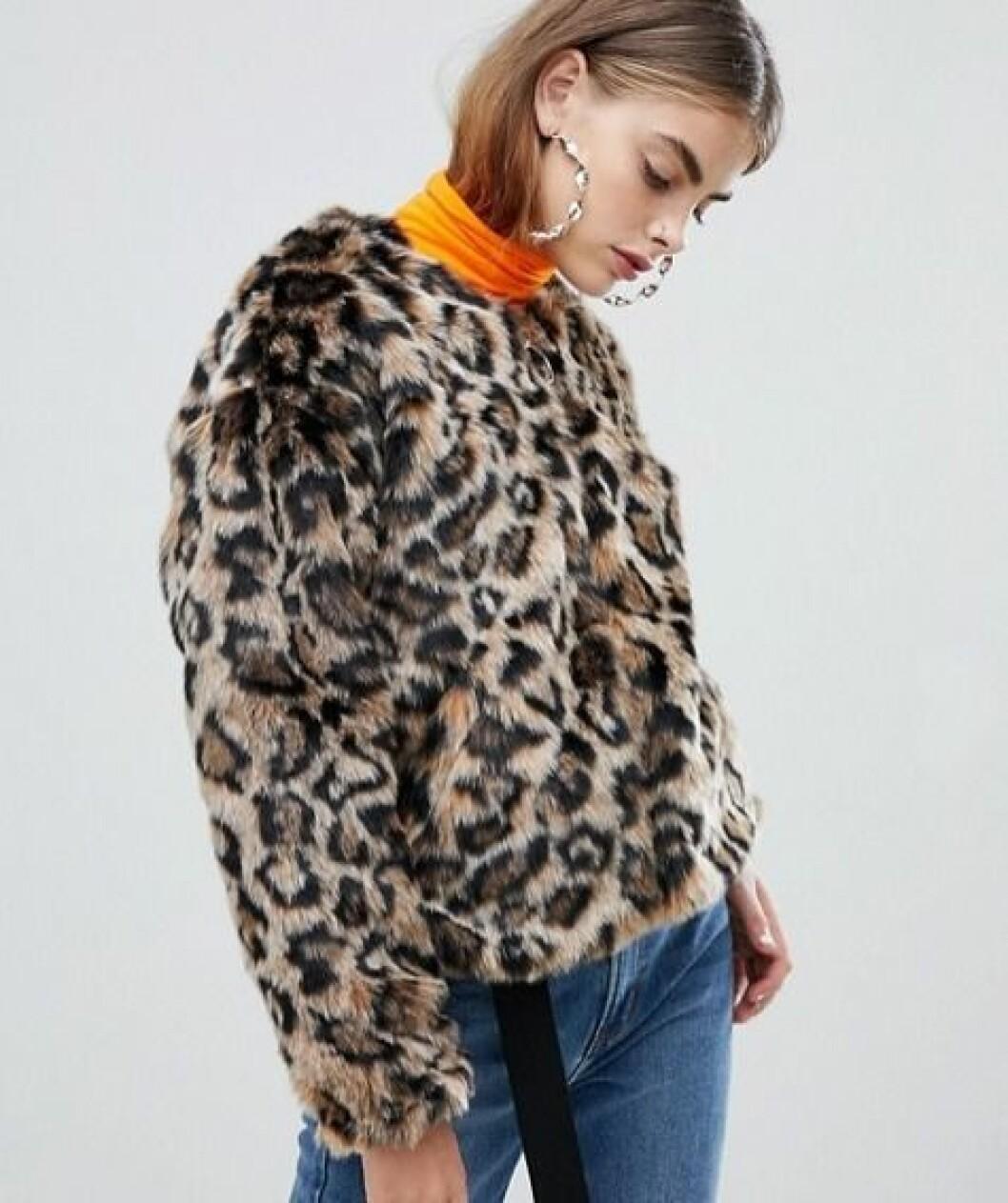 Leopardmönstrad fuskpäls