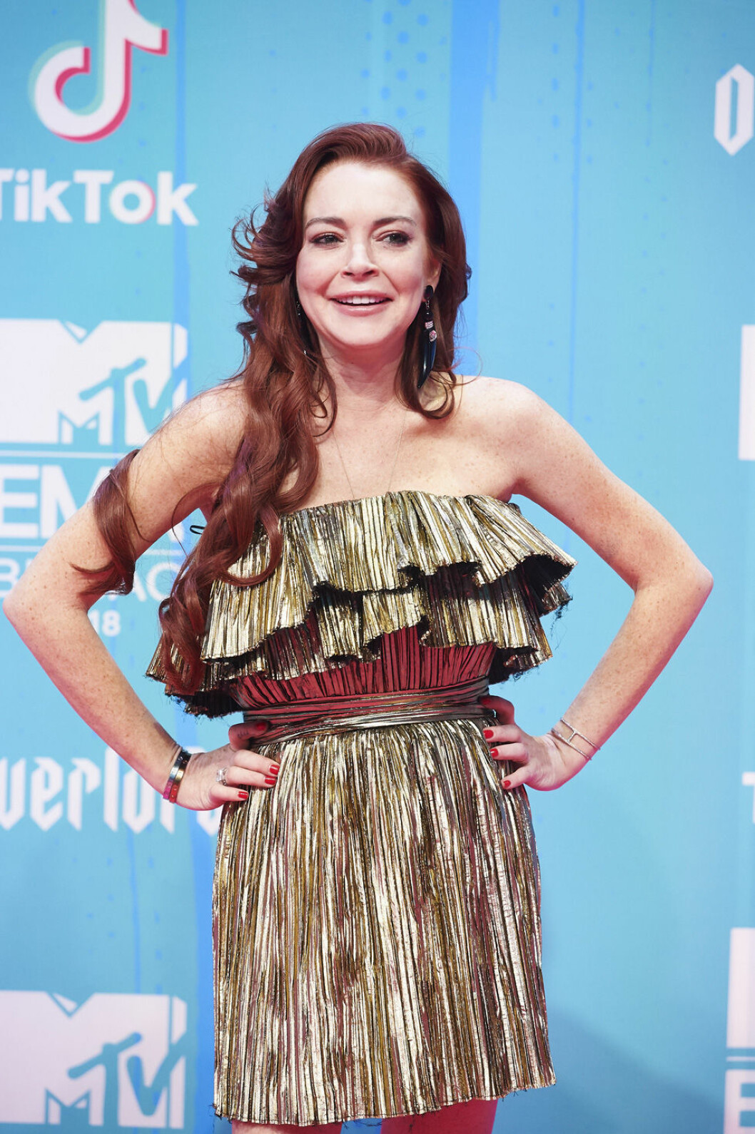 Lindsey Lohan i guldklänning på röda mattan under MTV EMA 2018.