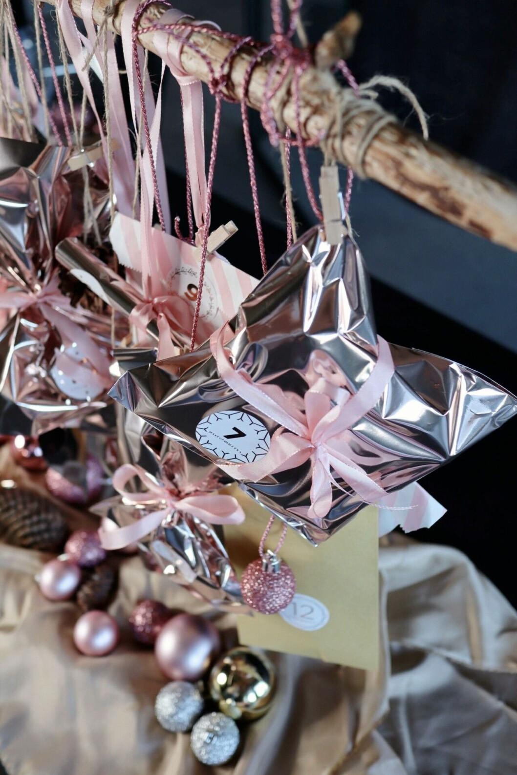 massa paket I silver med rosa snören runt omkring