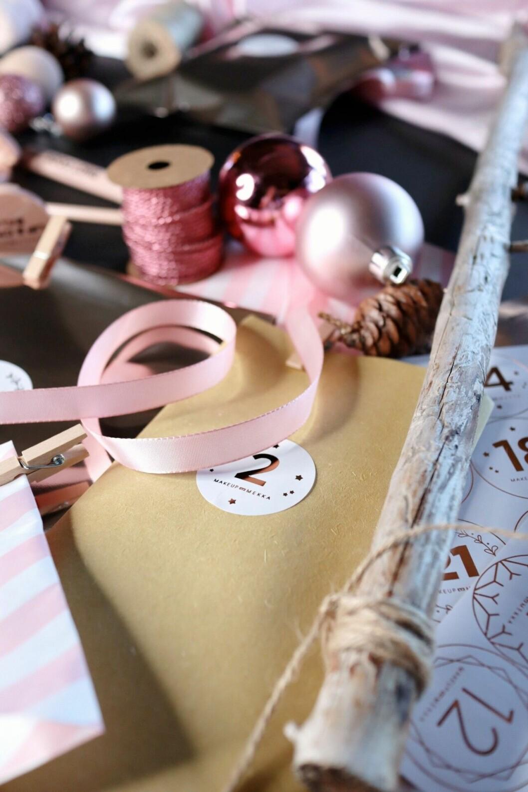 paket, snören och julkulor bredvid varandra