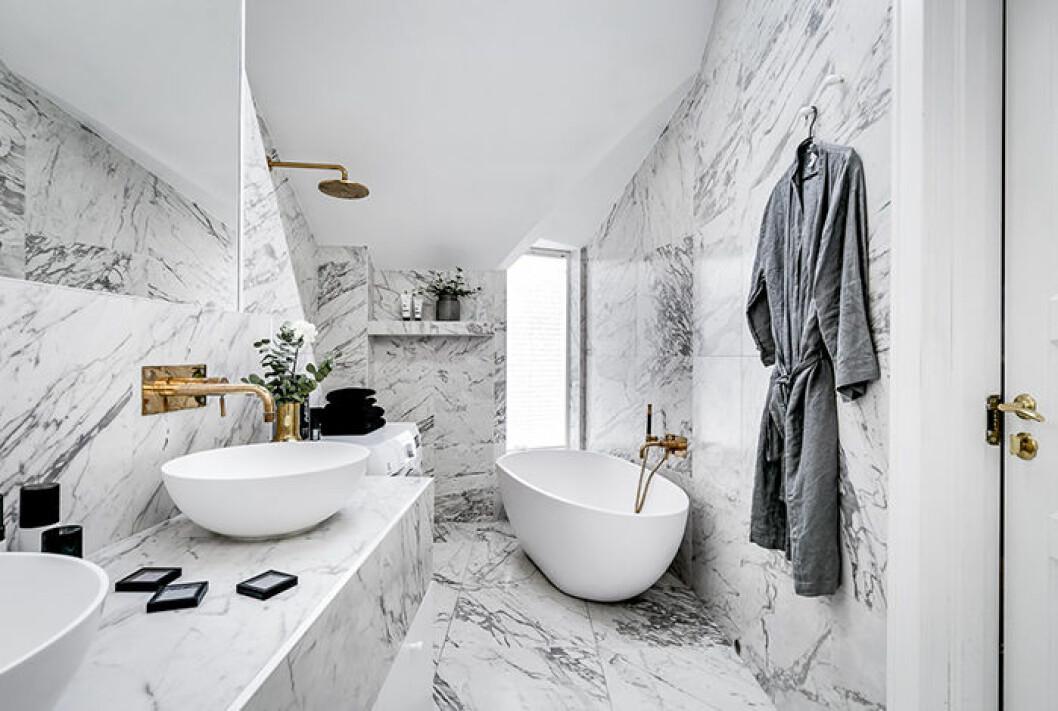 Margaux Dietz badrum i marmor och mässing