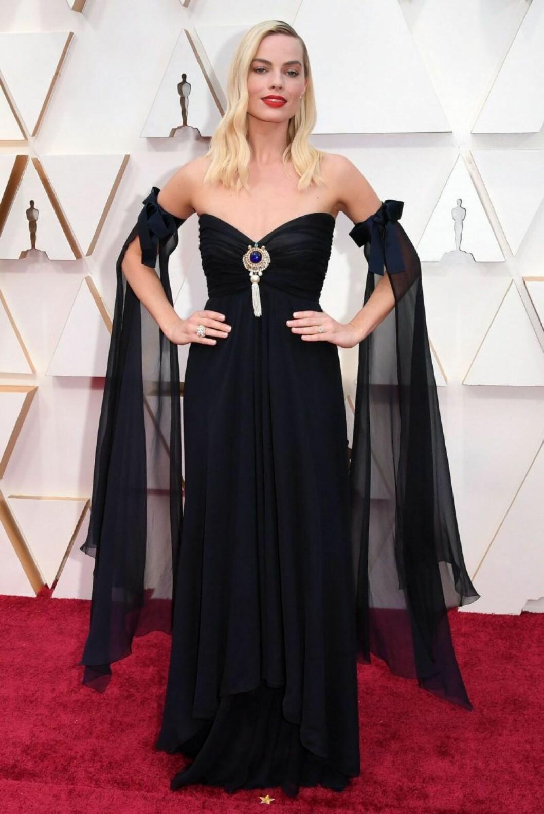 Margot Robbie i svart klänning på röda mattan