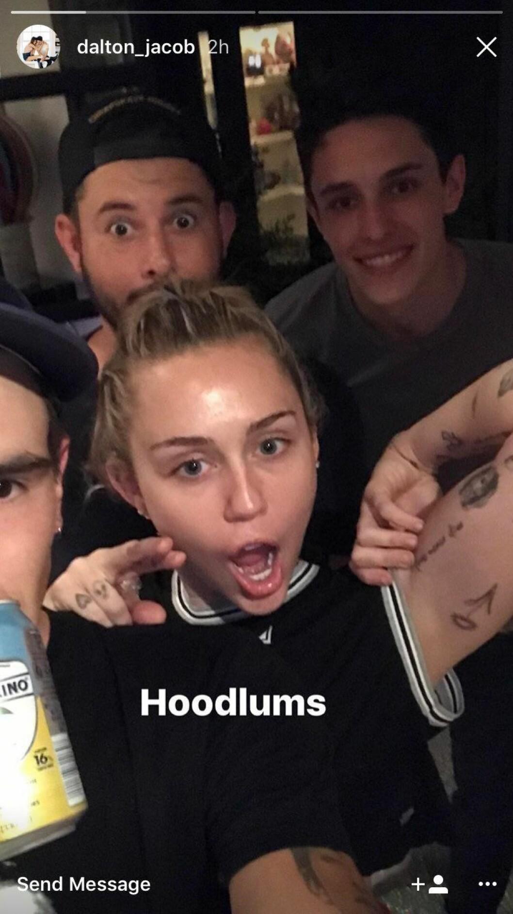 En bild på Miley Cyrus, Scooter Bran och Dalton Gomez.