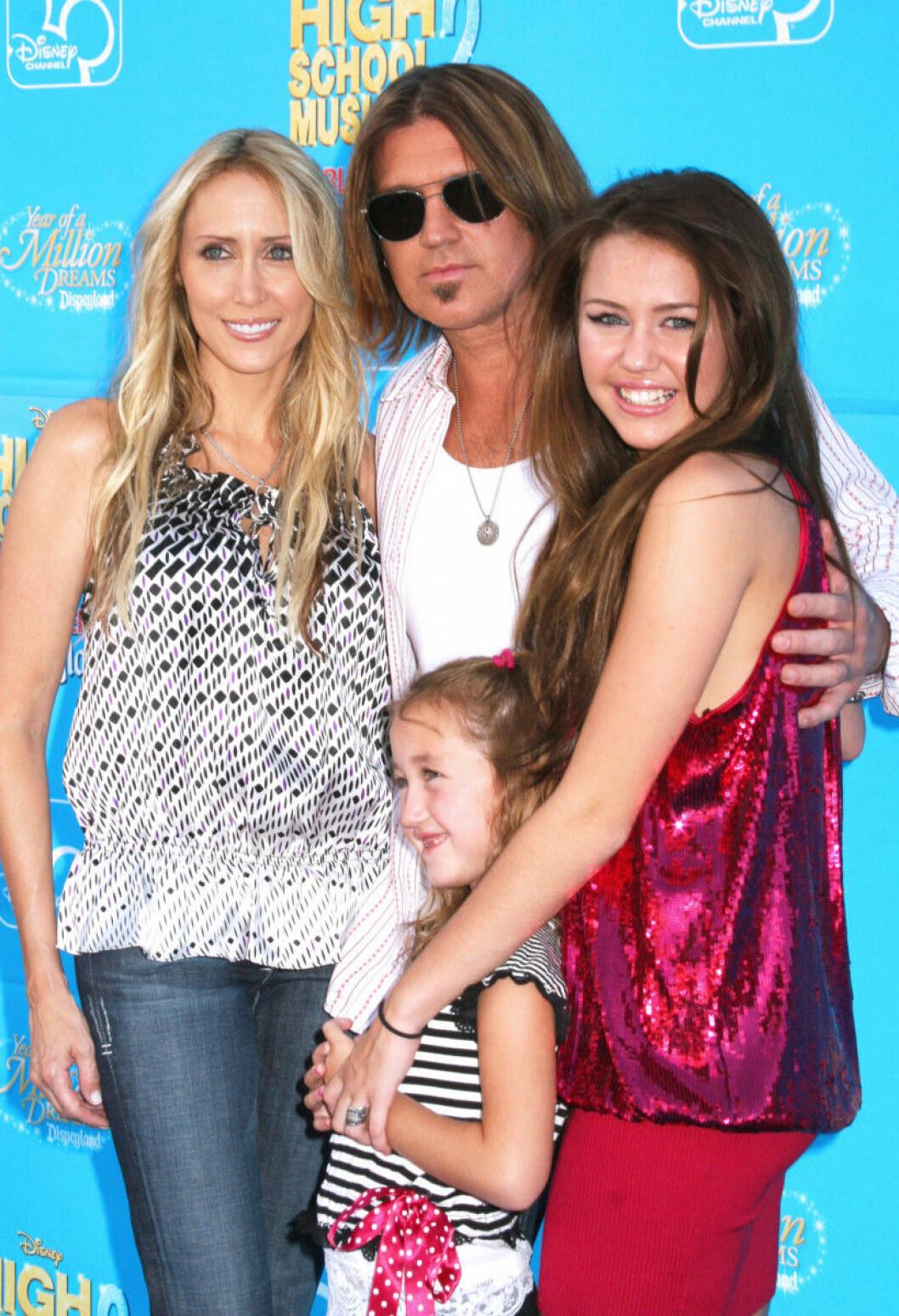 Noah Cyrus (längst fram) tillsammans med storasyster Miley, pappa Billy Ray och mamma Tish på röda mattan för tio år sedan.