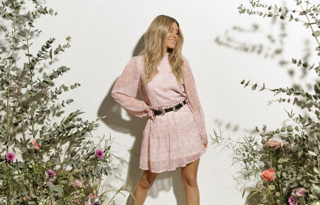 Bianca Ingrosso frontar Nellys vårkollektion – rosa klänning