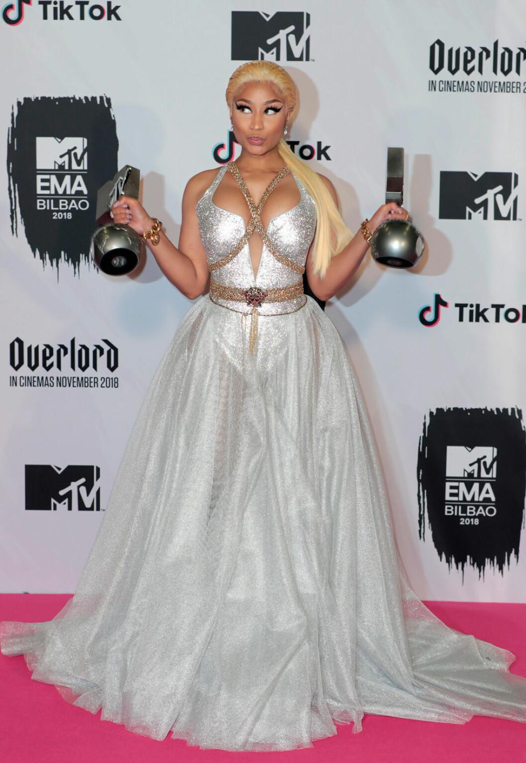 Nicki Minaj iförd silvrig genomskinlig klänning på röda mattan under MTV EMA 2018.