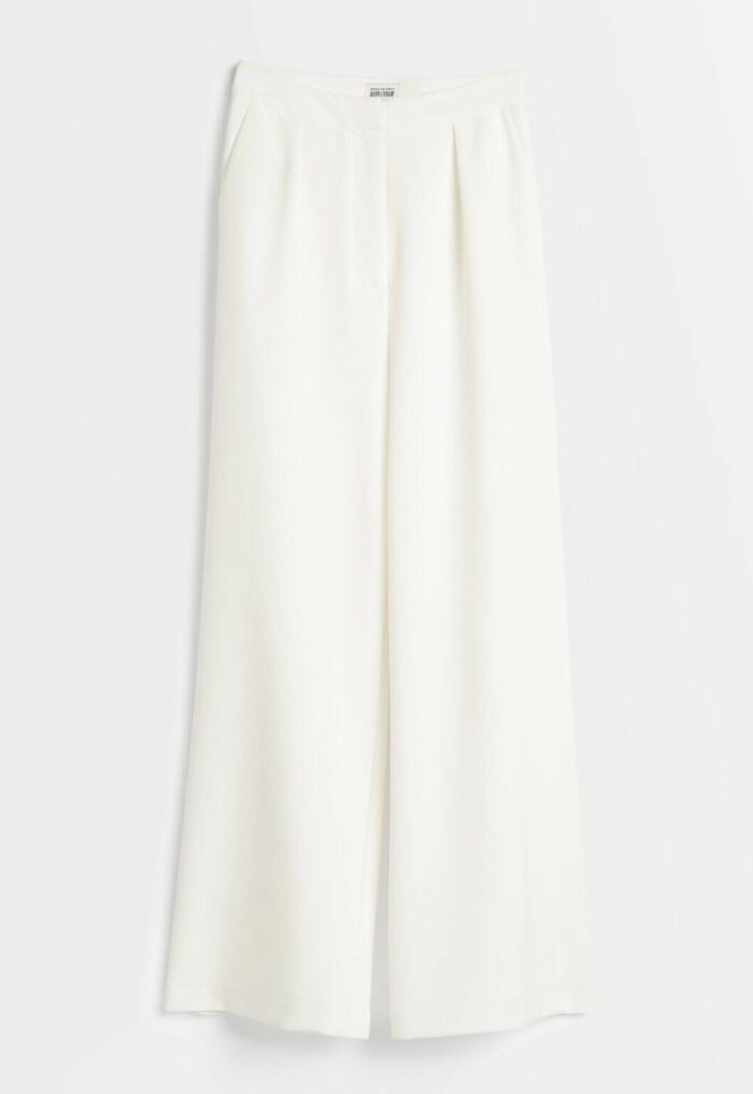 Vita kostymbyxor från Nicole Falcianis bröllopskollektion för Bubbleroom