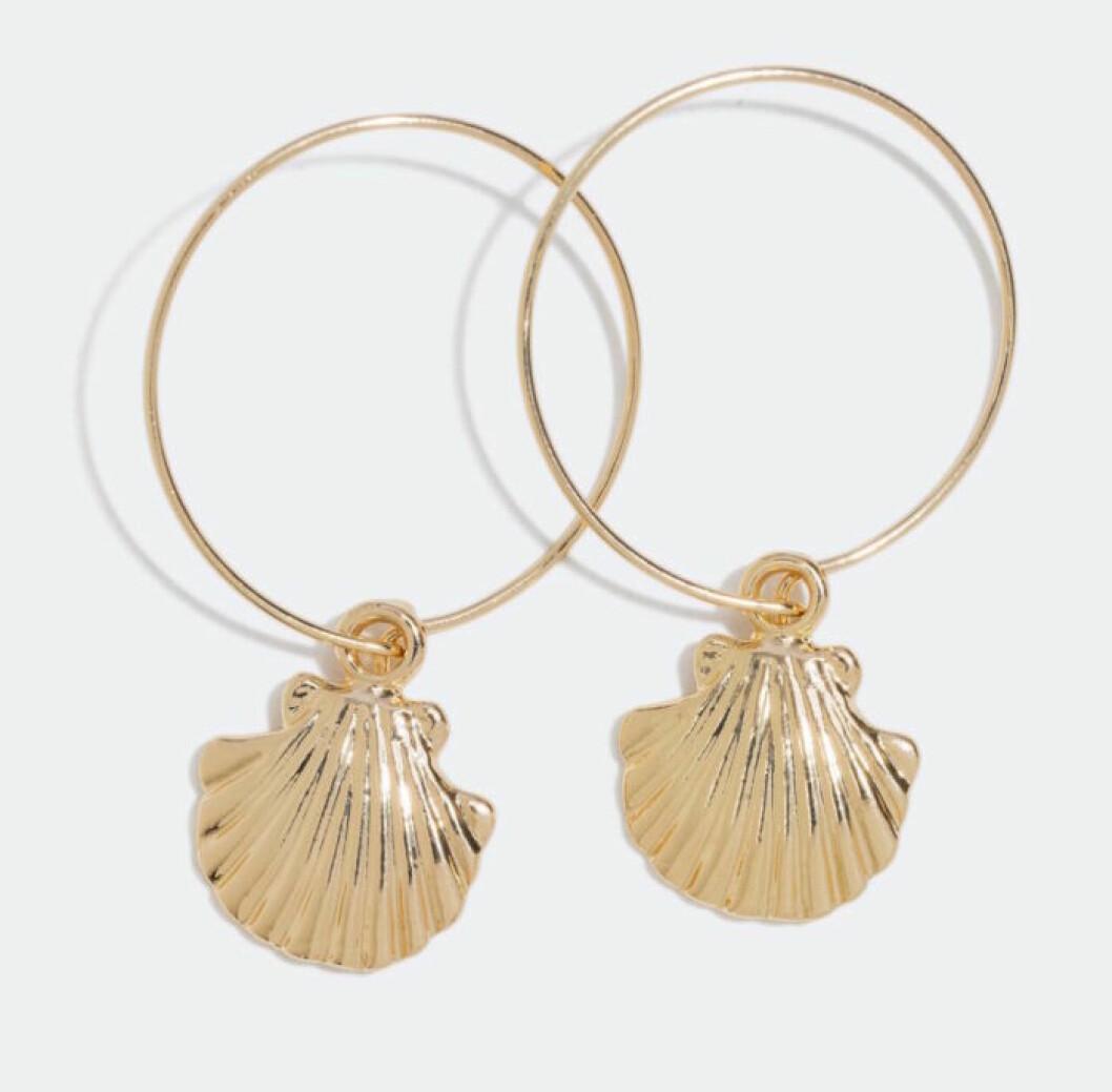 Snäckörhängen med mussla