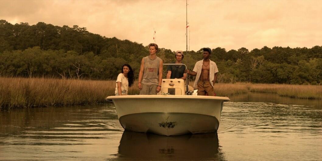 fyra personer åker båt