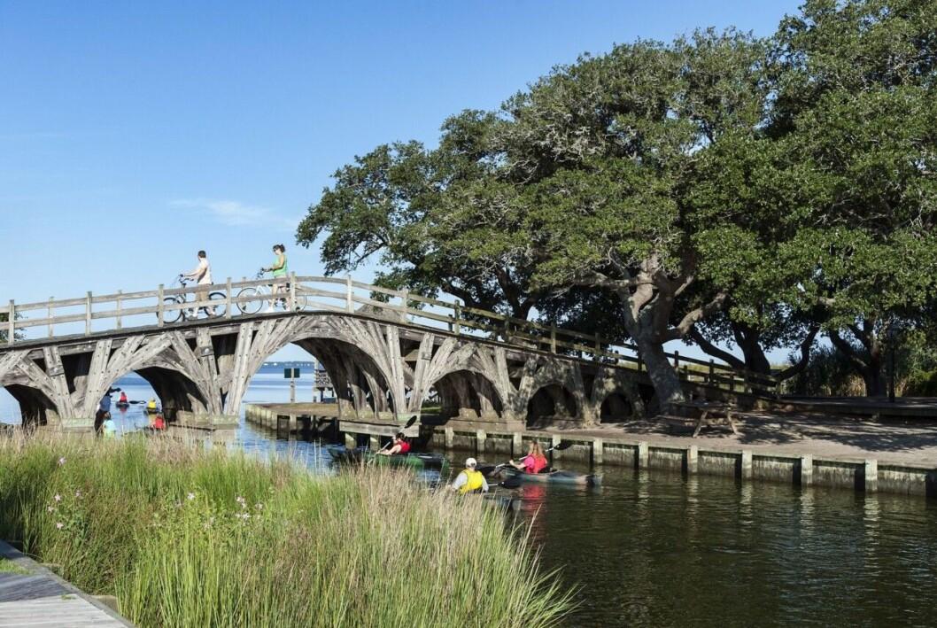 En träbro över vattnet