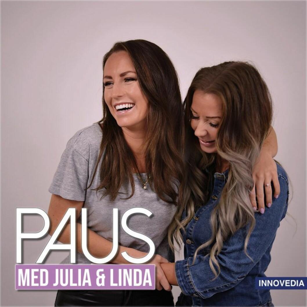 Två tjejer skrattar och håller om varandra