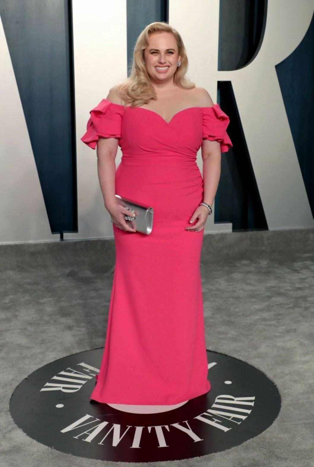 Rebel Wilson I rosa klänning