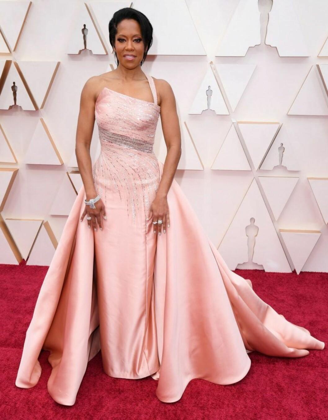 Regina King i rosa klänning på röda mattan