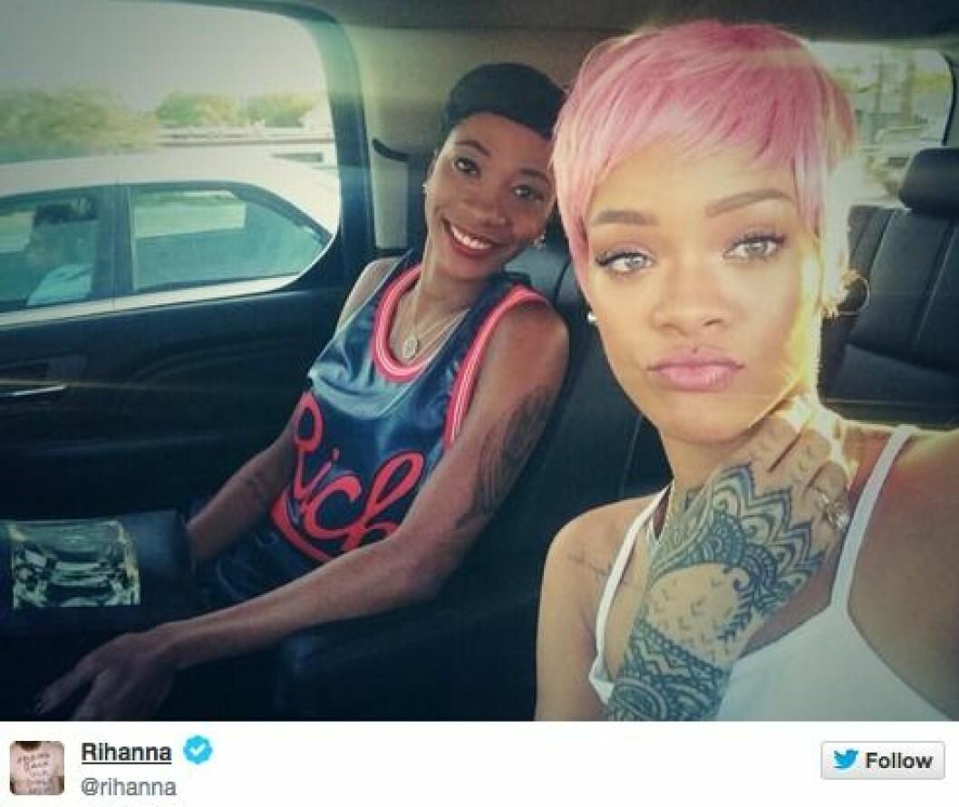Rihanna i rosa hår