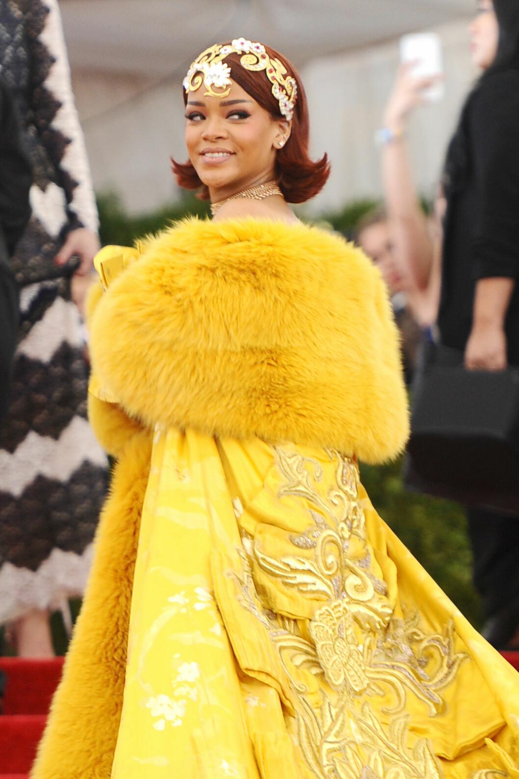rihanna ler i gul klänning