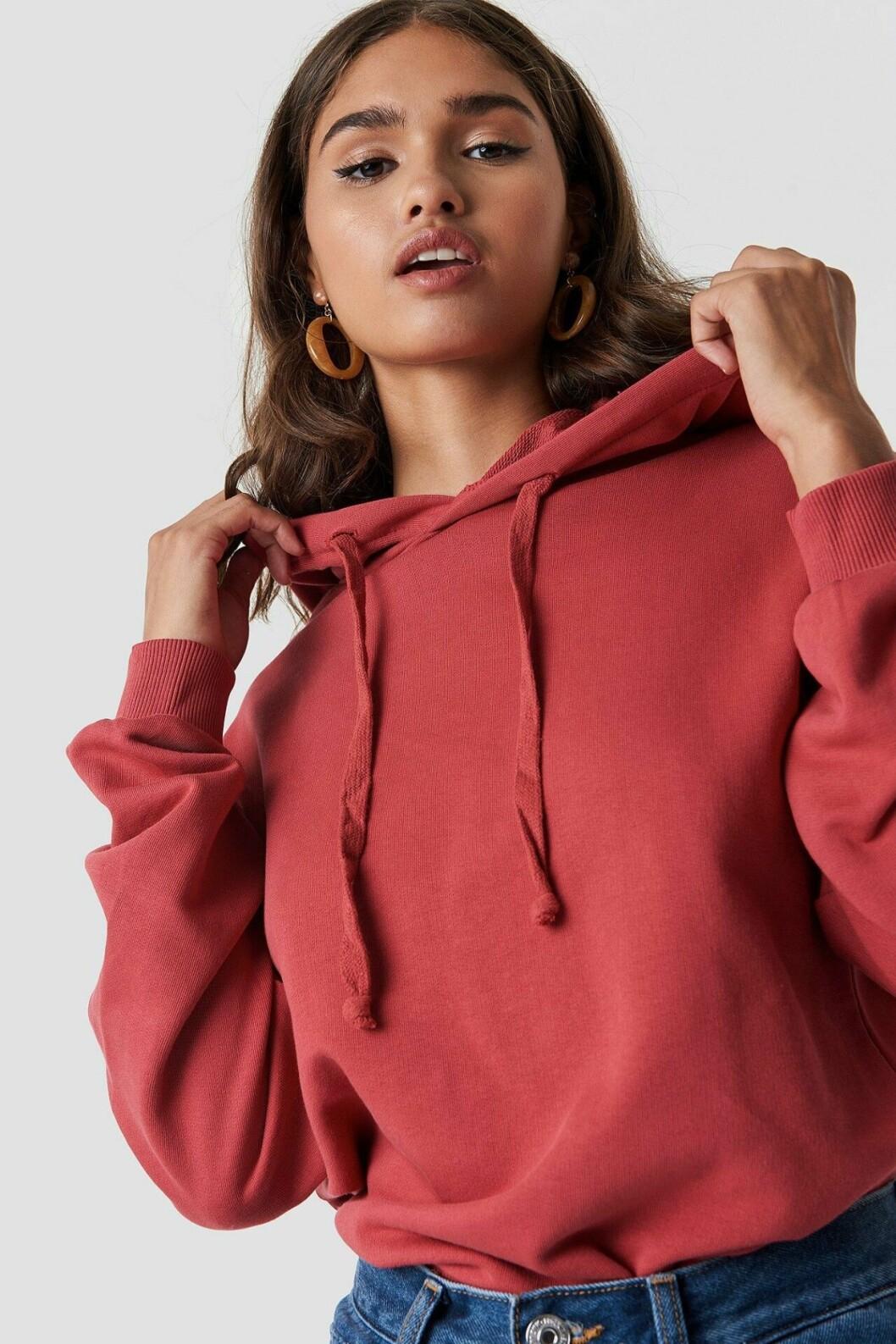 Röd hoodie till våren 2019