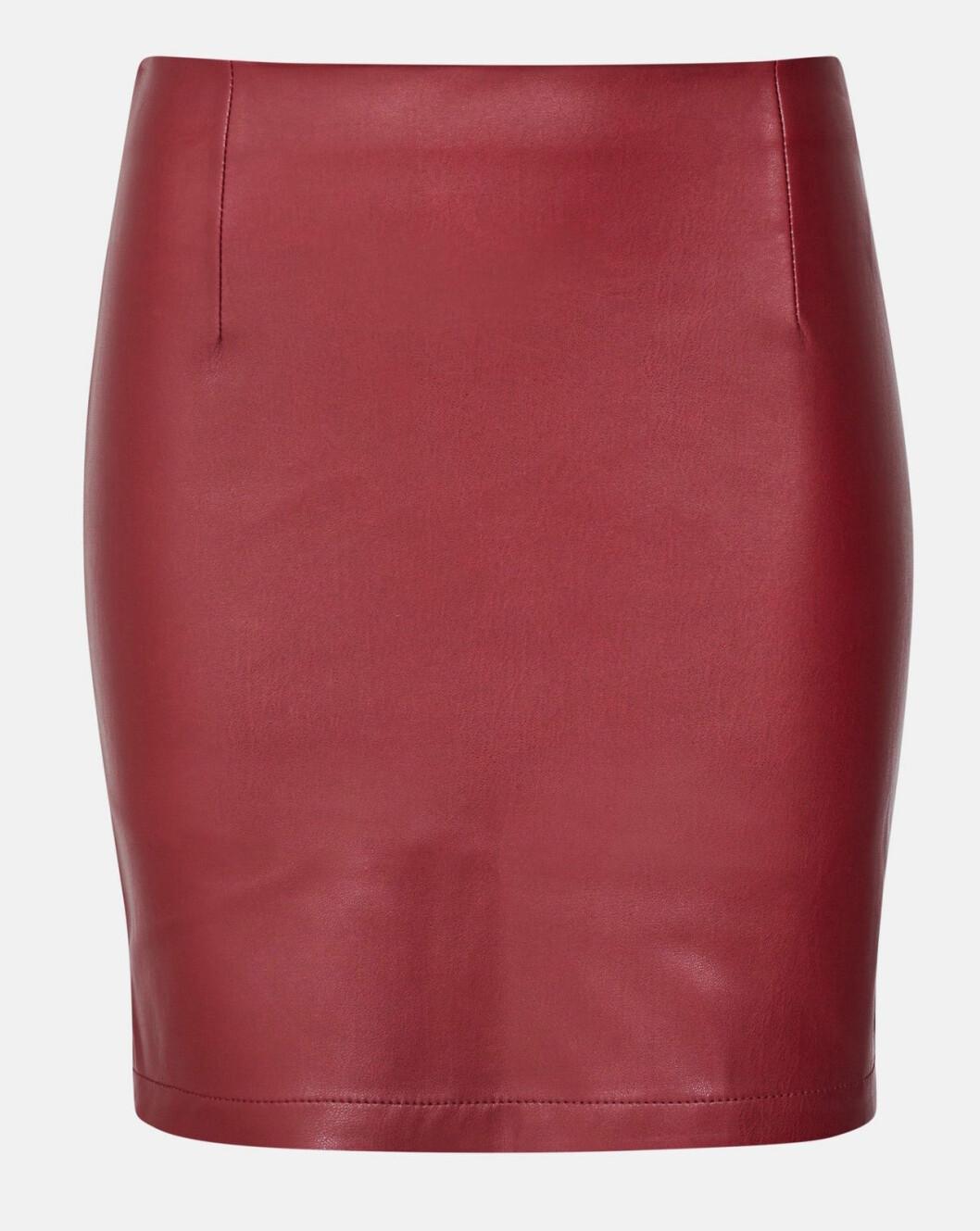 Röd kjol i konstläder