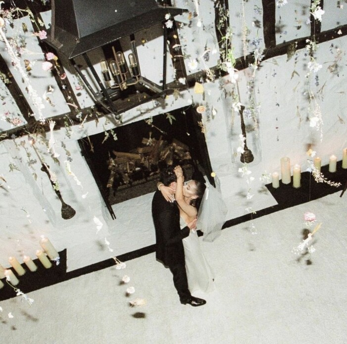 bröllopslokalen är fint pyntad och paret arianga grande och dalton gomez hånglar