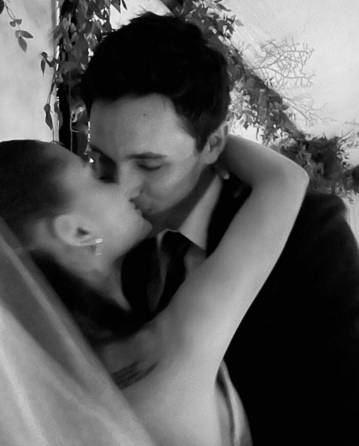ariana och dalton kysser varandra på bröllopsdagen