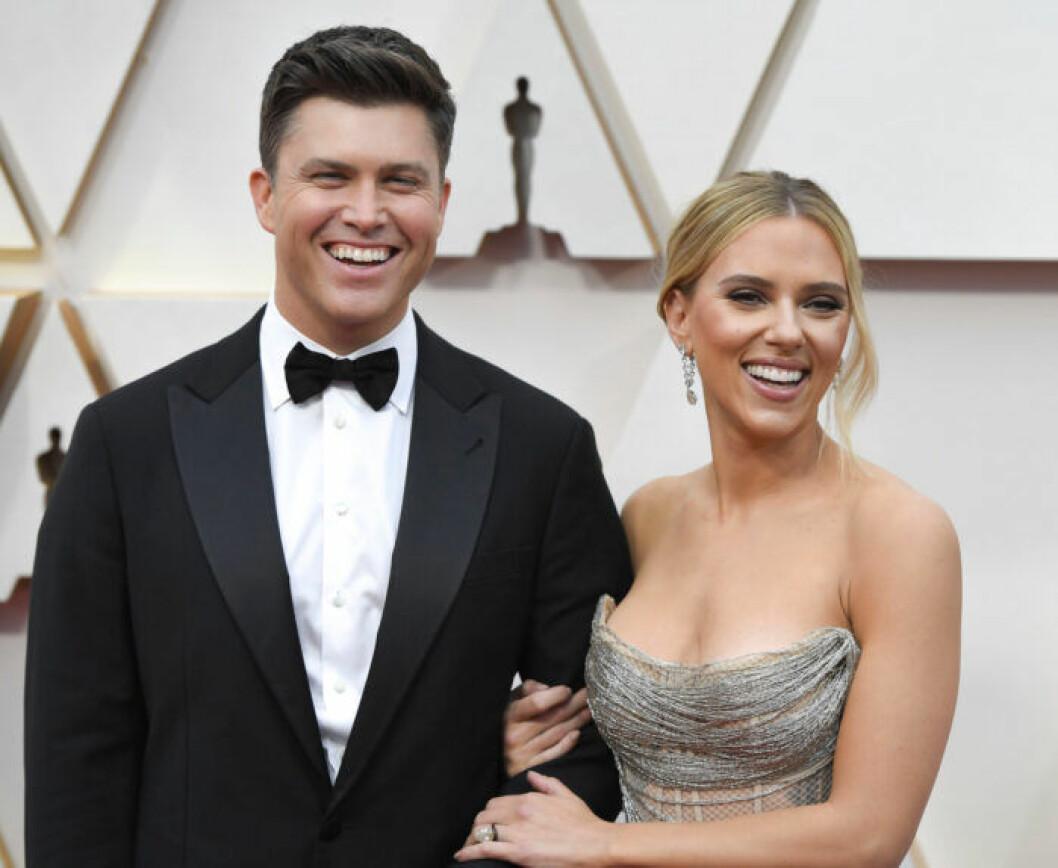 Colin Jost och Scarlett Johansson.