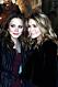 Mary-Kate och Ashley Olsen ler