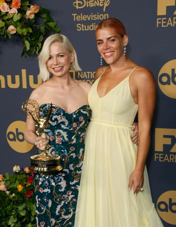 Michelle Williams och Busy Phillips på Emmy Awards 2019.