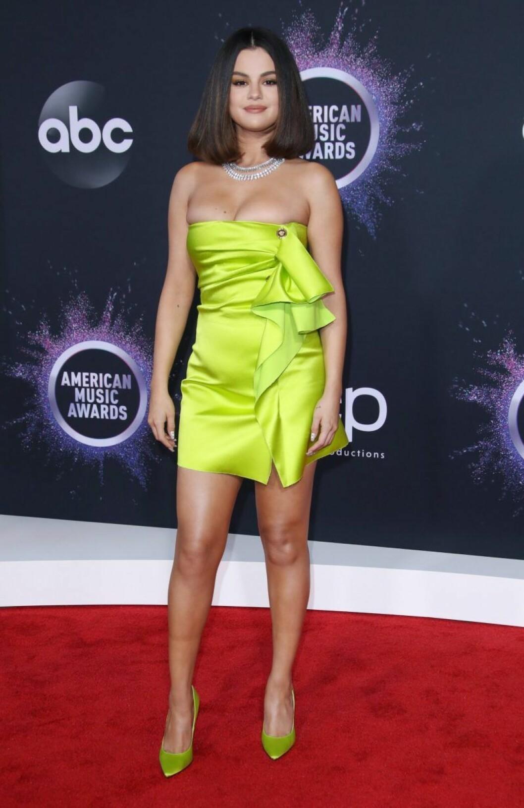 Selena Gomez i neongul klänning