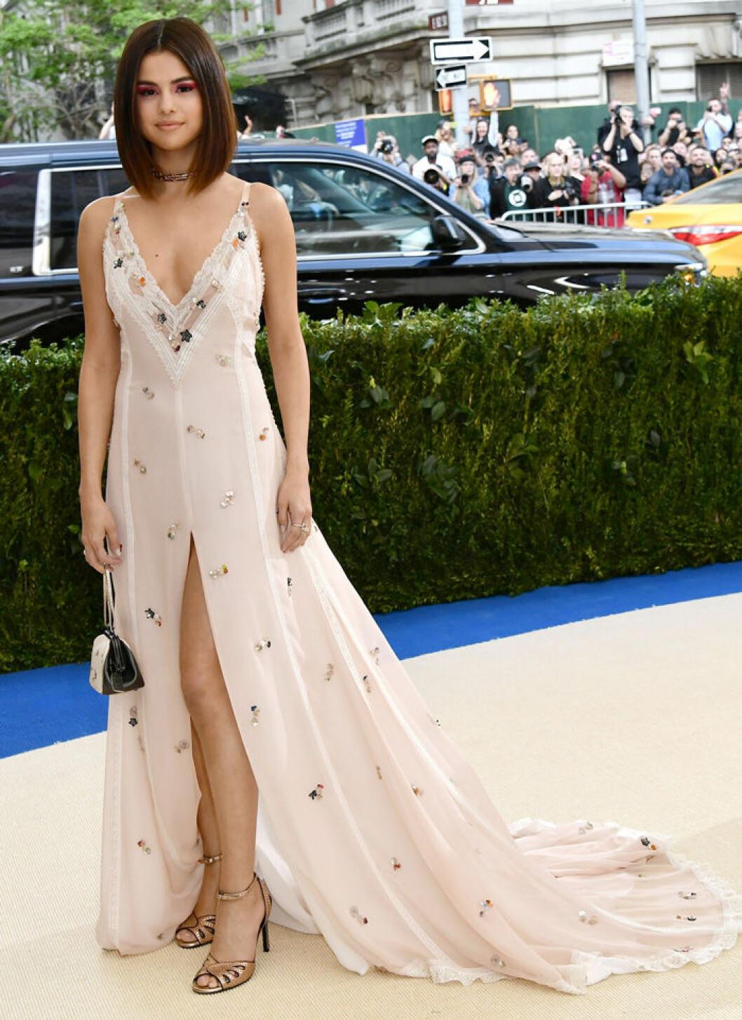 En bild på sångerskan Selena Gomez på Met-galan 2017.