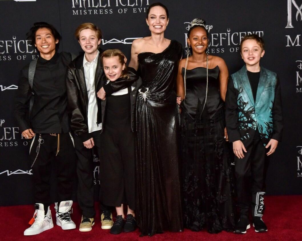 Angelina Jolie står på röda mattan med sina barn