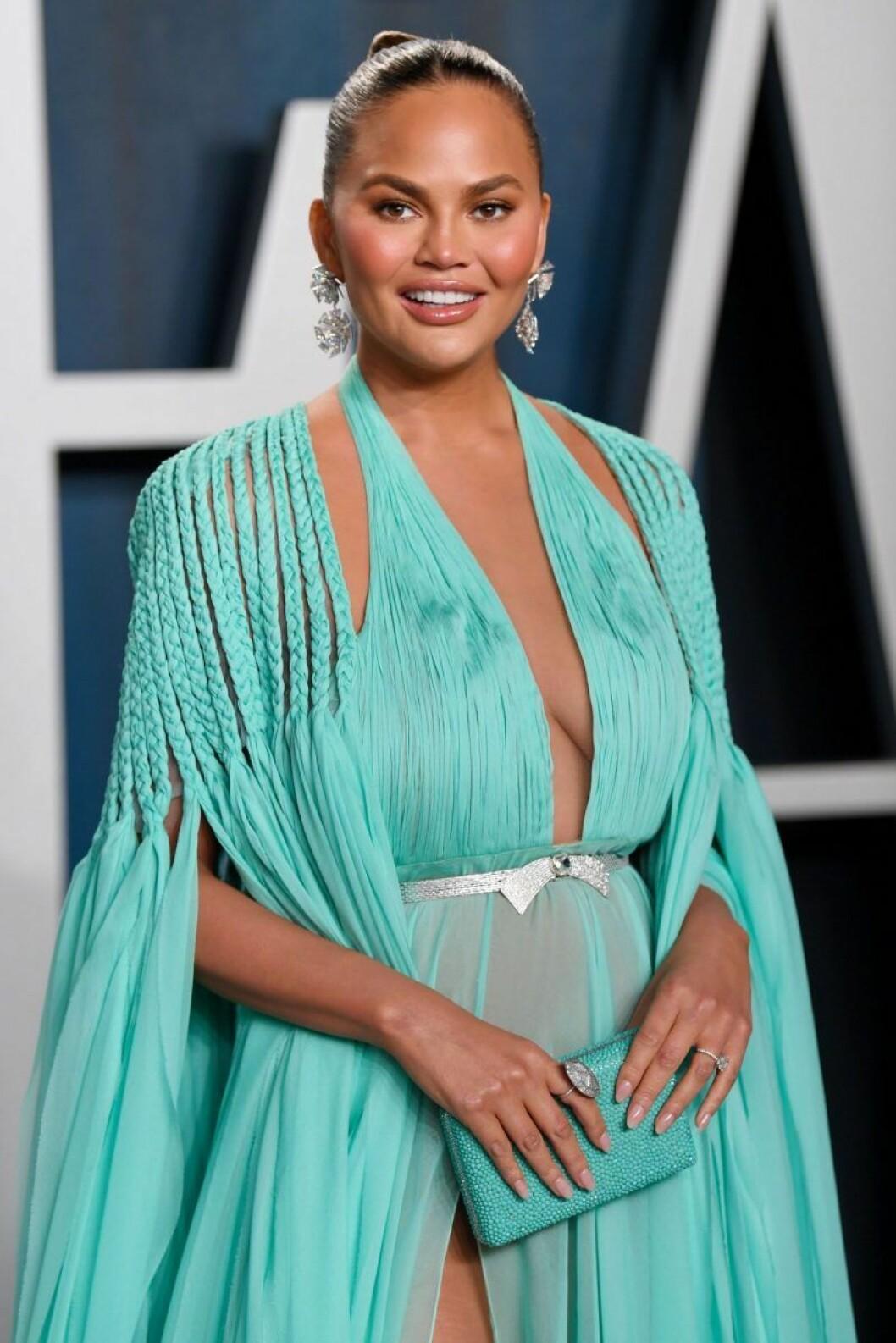 Chrissy Teigen i turkos klänning
