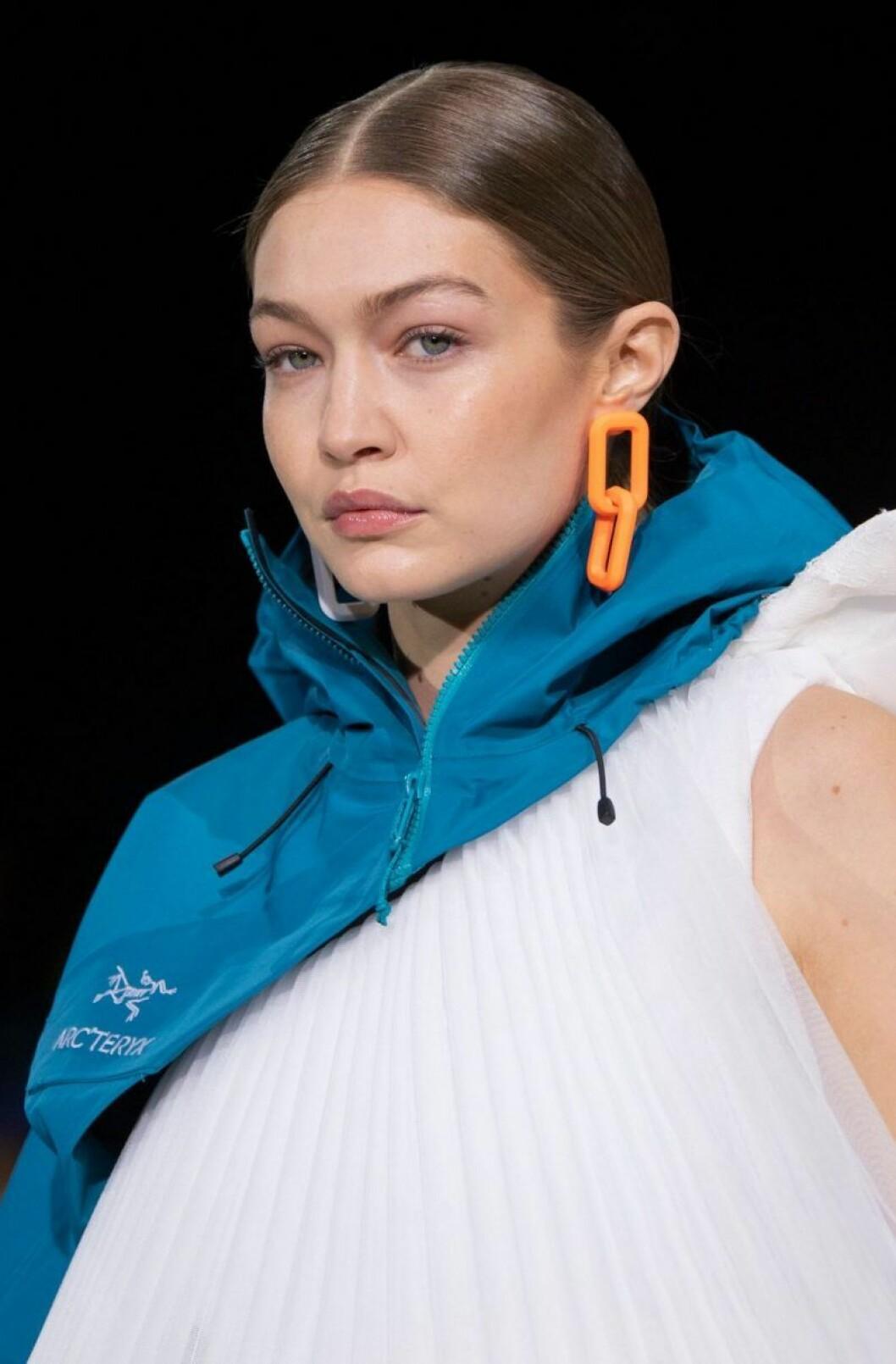 Gigi Hadid med orange örhängen