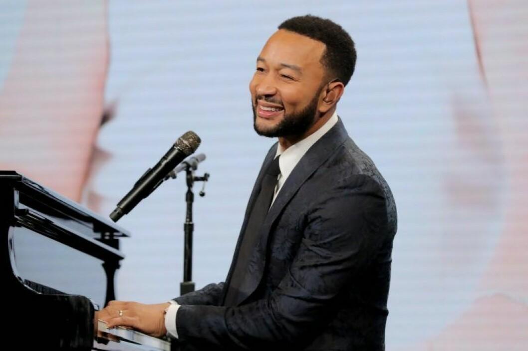 John Legend spelar piano