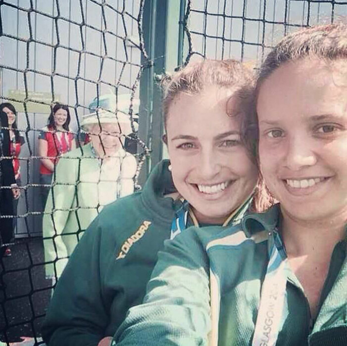 Drottning Elizabeth photobombar Australiskt hockeylag