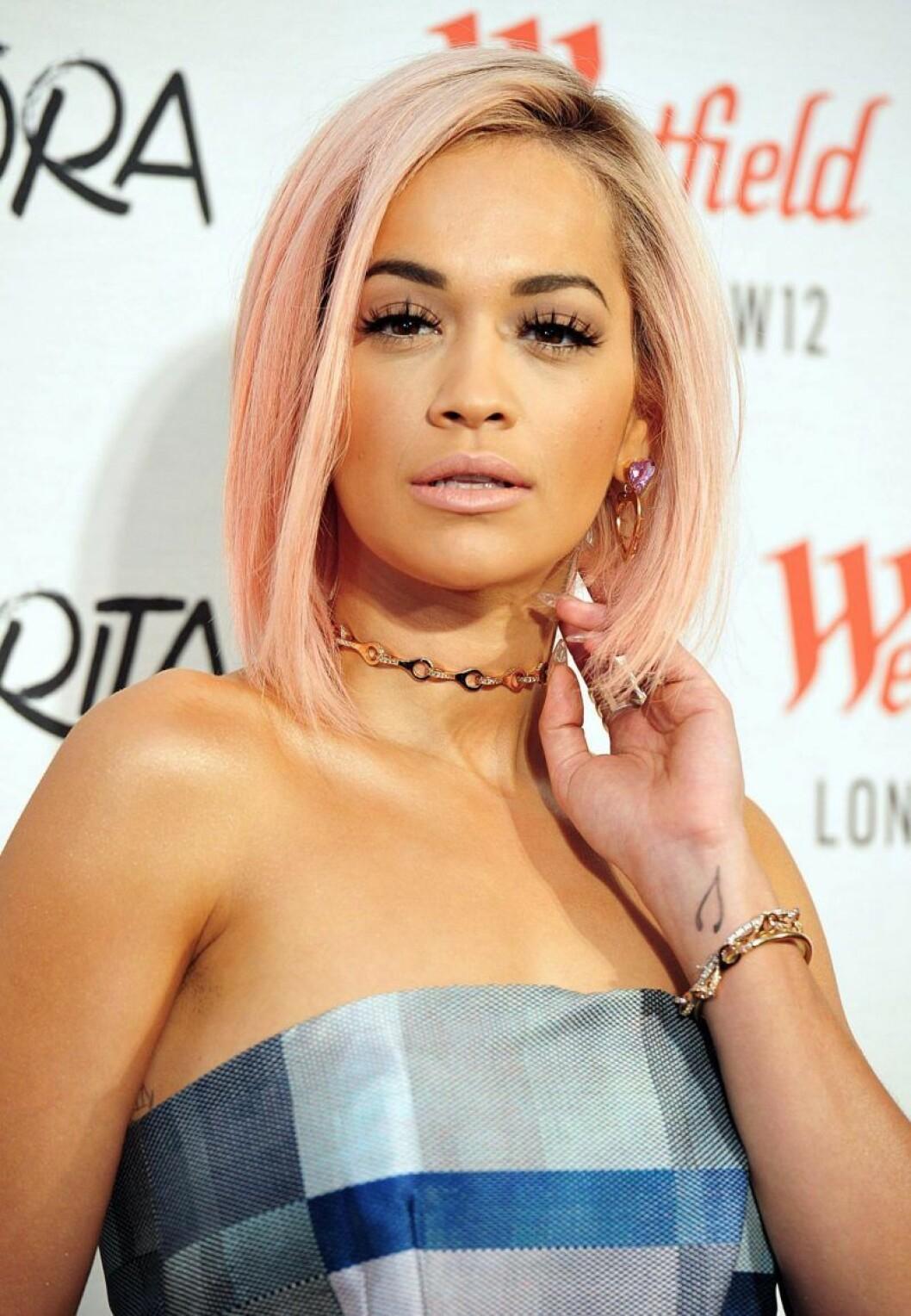 Rita Ora i rosa hår