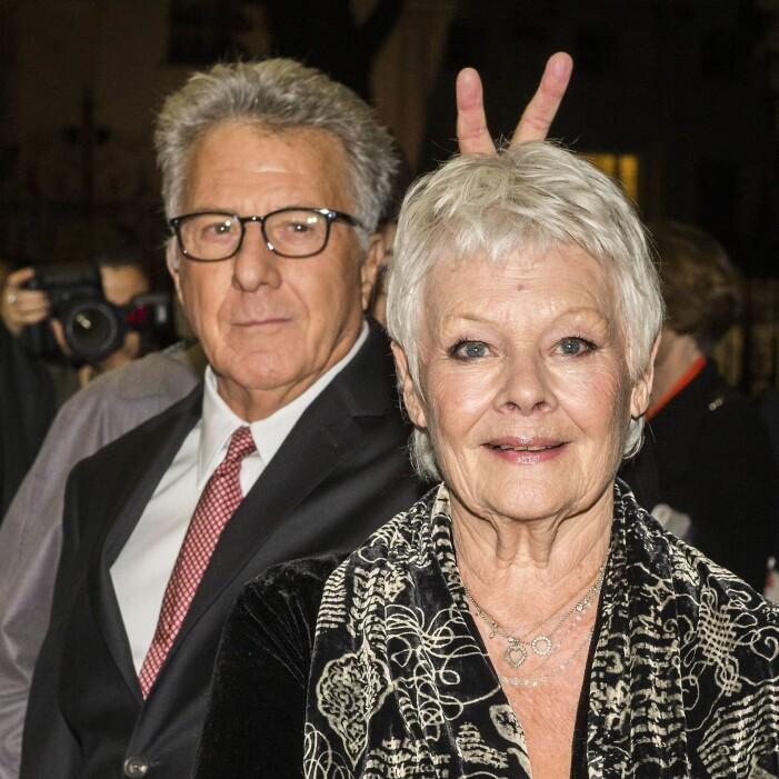 Dustin Hoffman photobombar Judi Dench