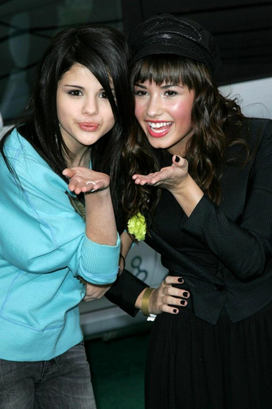 Demi Lovato och Selena Gomez blåser slänkyssar mot kameran