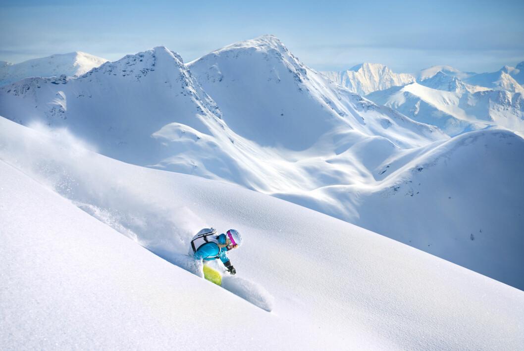 Kvinna som åker slalom i Alperna