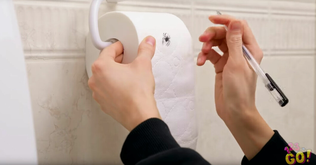 Spindel på toalettpappret.