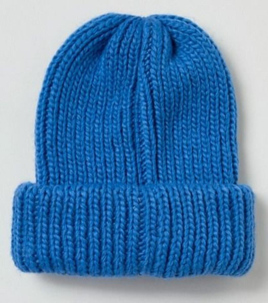 Blå stickad mössa