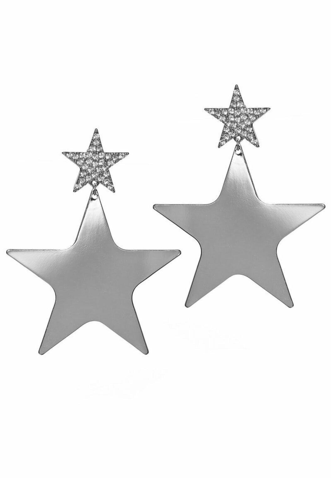 Silvriga örhängen med stjärnor