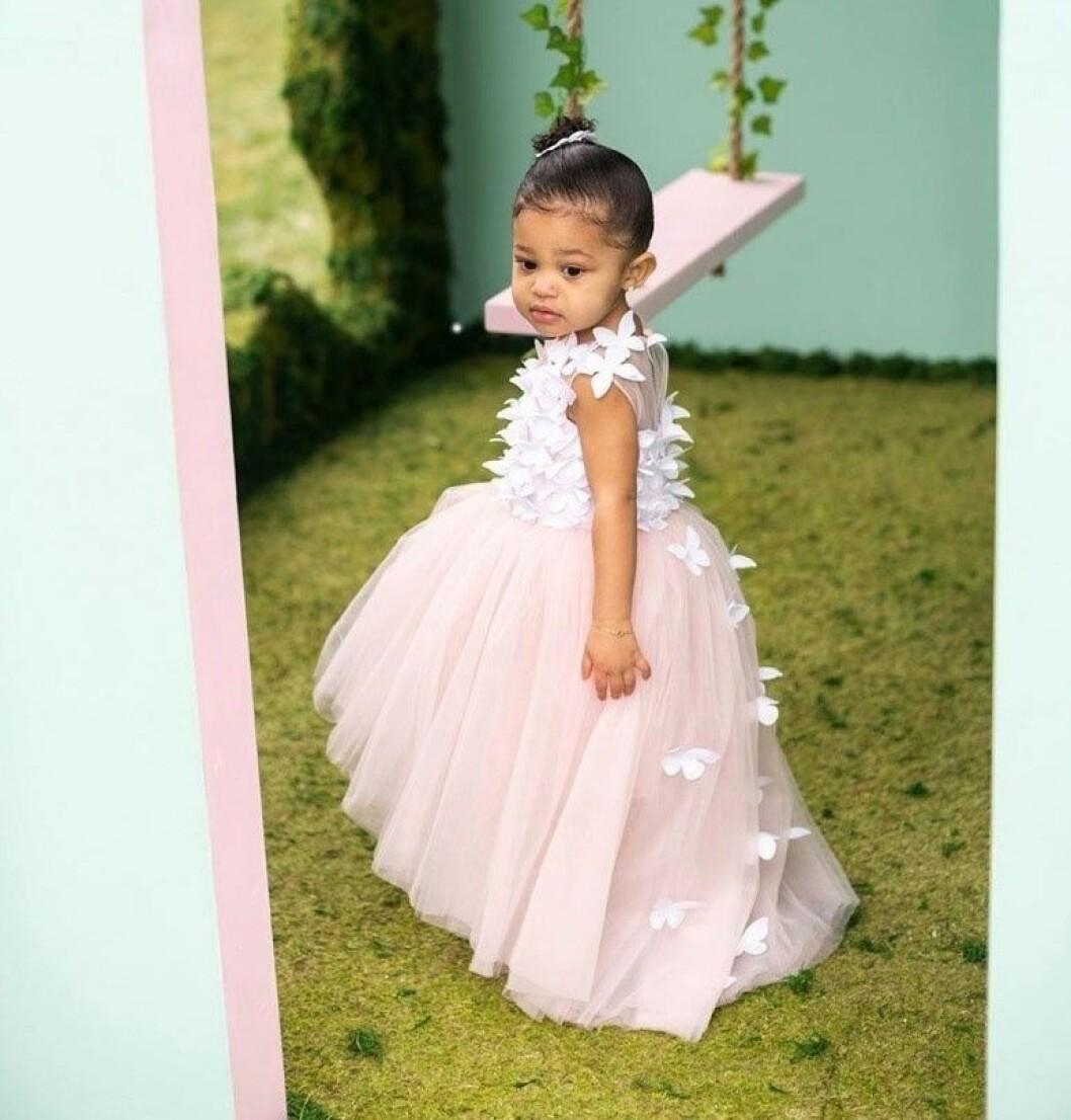 Stormi Webster i prinsessklänning