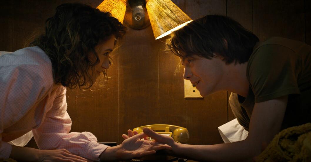 Natalia som spelar Nancy, och Charlie som spelar Jonathan är ett par i verkligheten också!